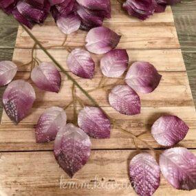 Декоративная ветка листьев розы лилового цвета